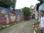 Flavio posando en un callejon grafitado